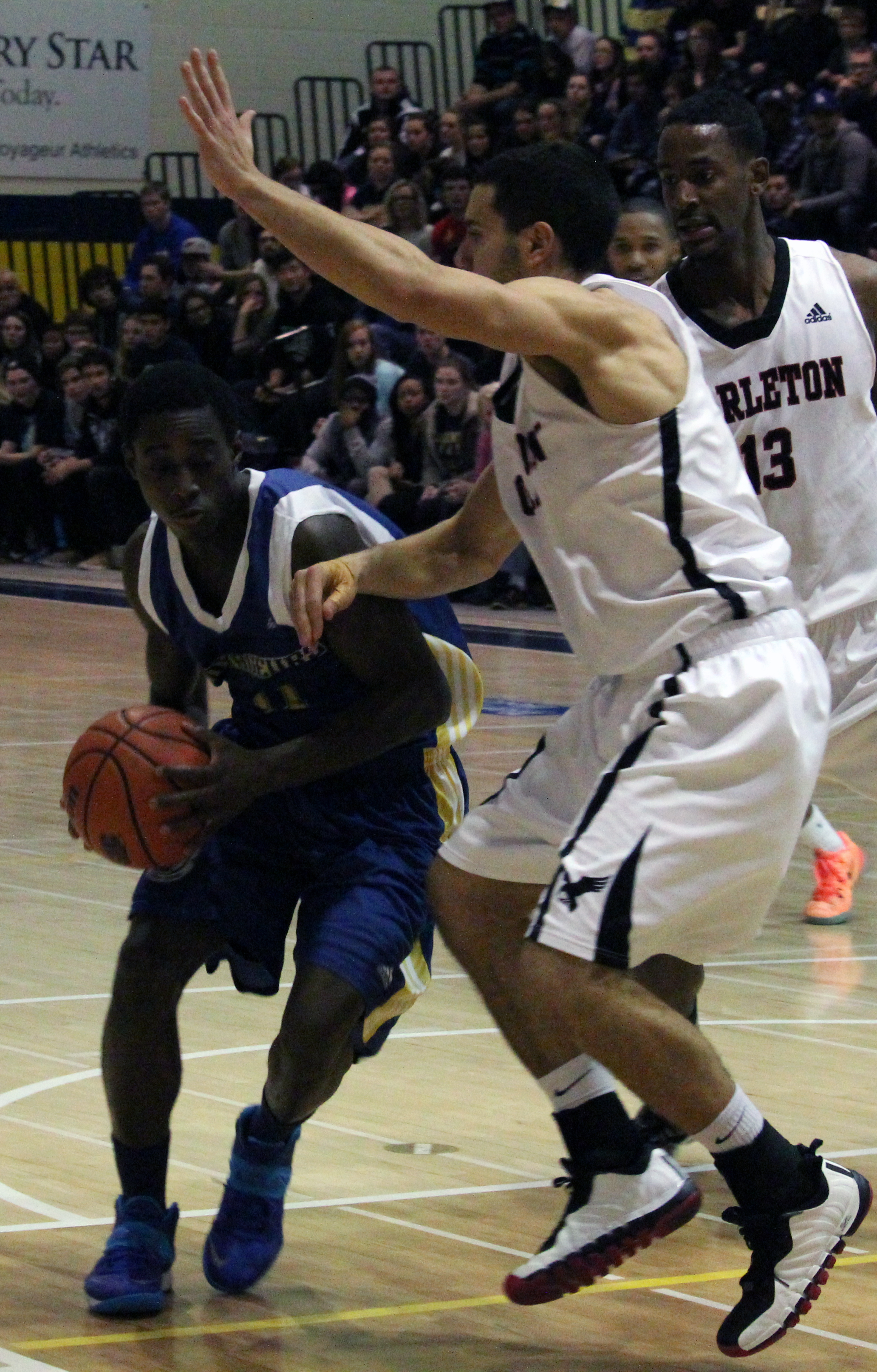 The Laurentian men's basketball team facing the Carleton Ravens on Nov. 15. Photo by Gabriel Rodrigues